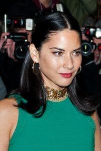 polodlouhé vlasy pro ženy